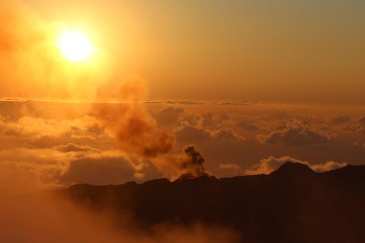 Lever du jour sur un volcan en éruption…