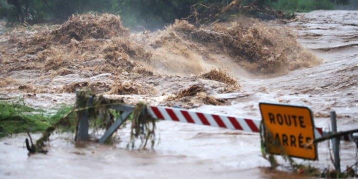 La-Reunion-pluies-intenses-et-cours-d-eau-en-crue-a-cause-de-la-tempete-Berguitta
